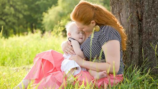 Niño Down en brazos de su madre - pt