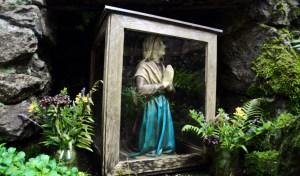 web-lourdes-praying-pray-knees-michael-cc