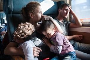 Três dias após a sua chegada à praia grega, Sham e Bisan dormiram no colo de Aysha enquanto estavam em um trem para refugiados e imigrantes de Gevgelija a Slanishte, passando pela Macedônia. O trem estava lotado, não havia banheiro e ninguém tinha idéia de quanto tempo duraria a viagem. Foto de Georgios Makkas