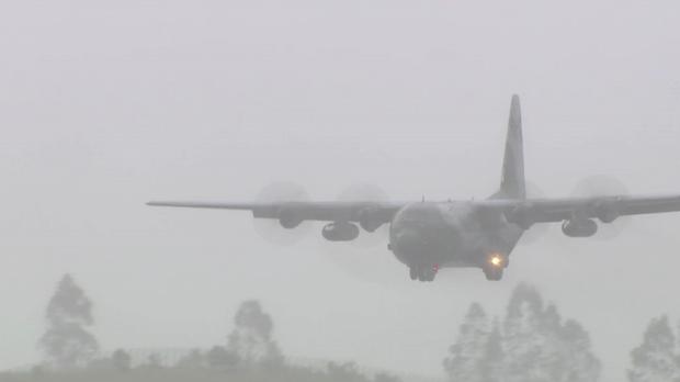 Sob chuva, avião traz corpos das vítimas da tragédia da Chapecoense