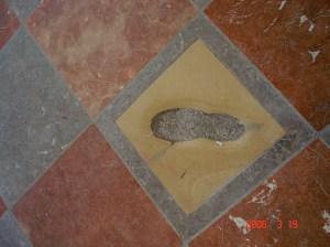 A famosa pegada do diabo na Catedral de Munique,  Alemanha