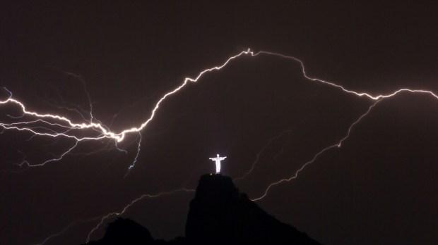 Relâmpagos sobre o Cristo Redentor simbolizam que os inimigos da Igreja não vencerão