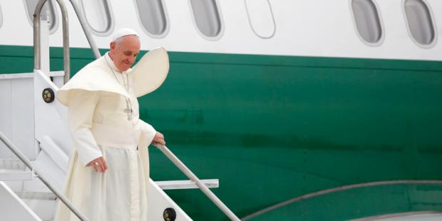Papa Francisco desce de avião