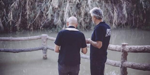 Andrea Bocelli visita o rio Jordão