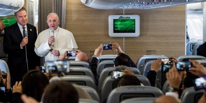 Papa a bordo de avião da Alitalia