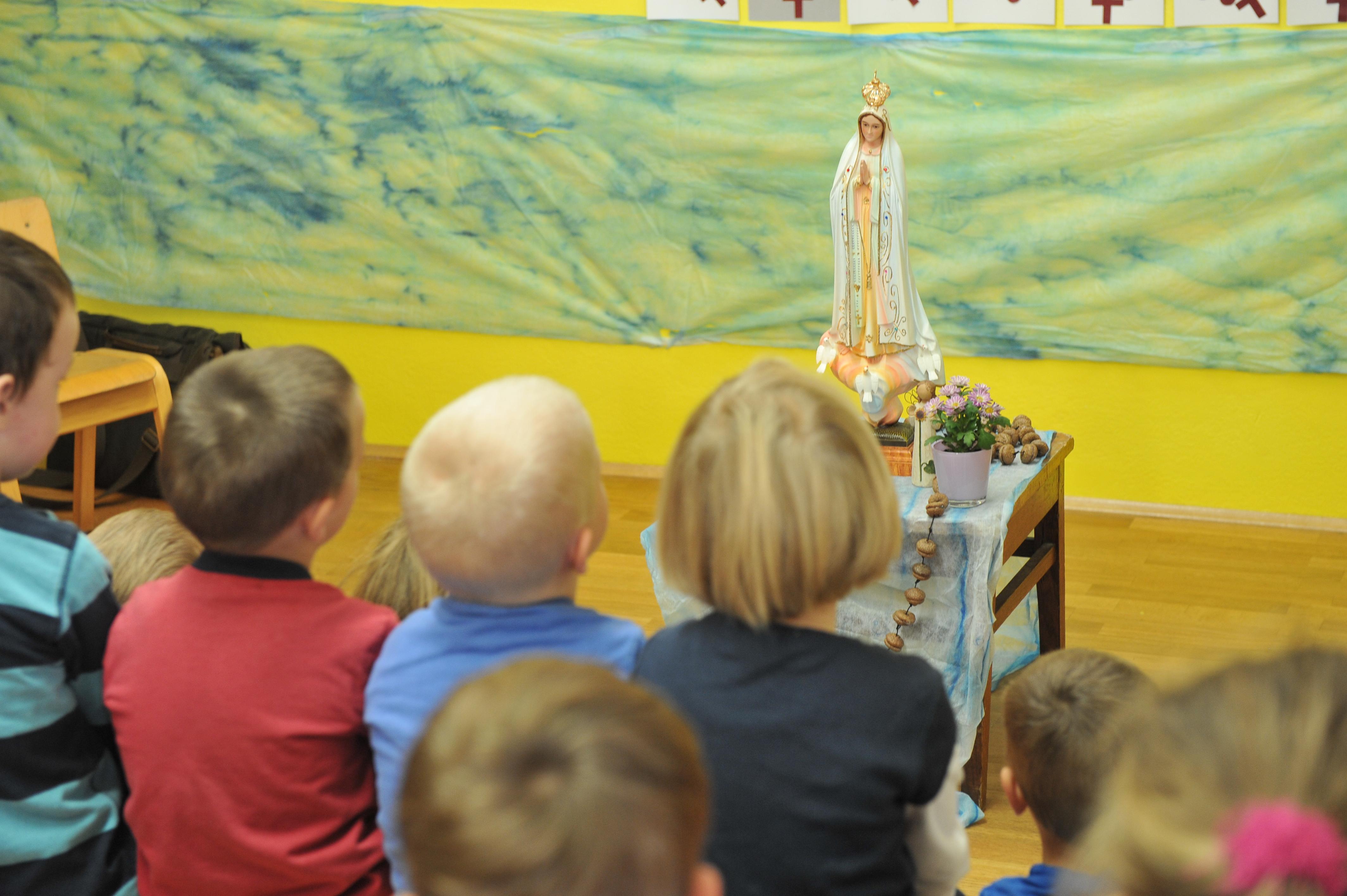 Crianças com Nossa Senhora