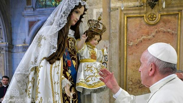 Papa Francisco em oração a Maria