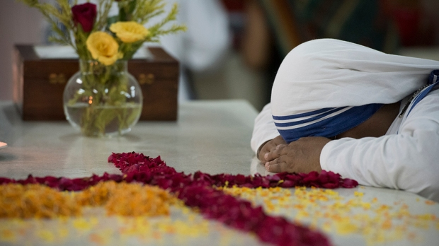 Missionária da Caridade junto ao túmulo da Madre Teresa