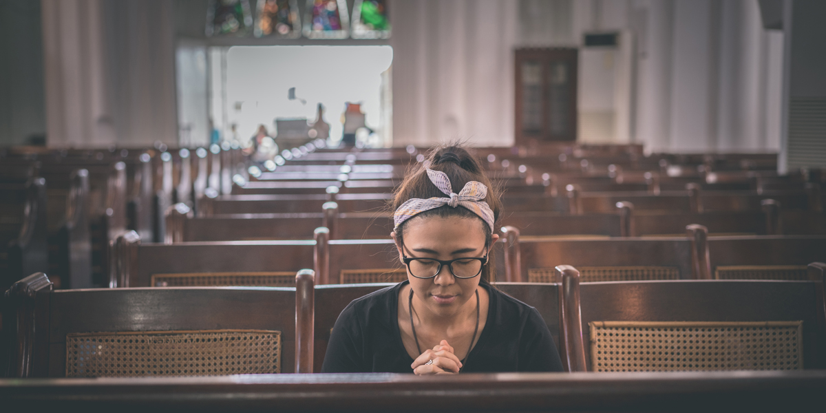 TEENAGE,GIRL,PRAYING,CHURCH