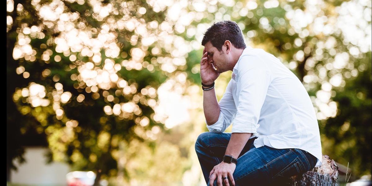 MAN,PRAYING,OUTSIDE