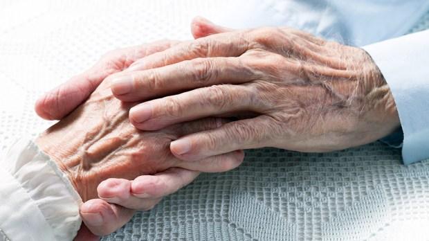 Mãos dadas de idosos