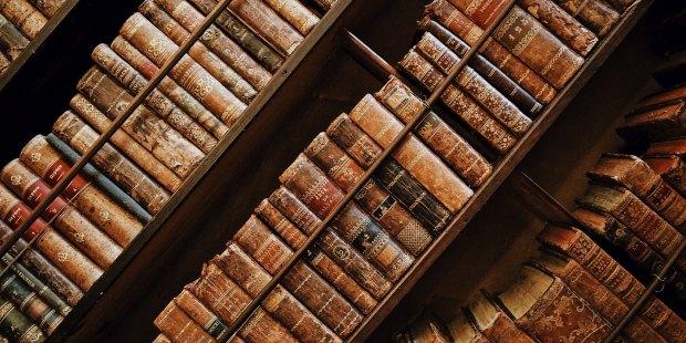 Zbiór starych książek na półce