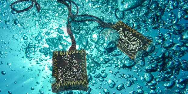 SCAPULAR IN WATER