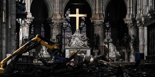 Cruz resiste a incêndio na catedral de Notre Dame de Paris