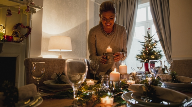 Femme chic préparant sa table de Noël