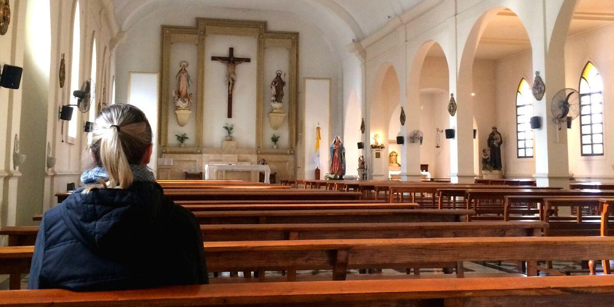 Jeune femme à l'église