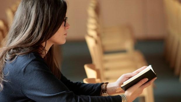 jeune femme lisant la bible