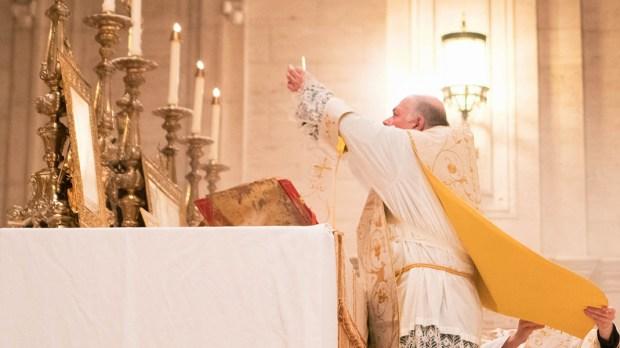 Padre celebra a Santa Missa