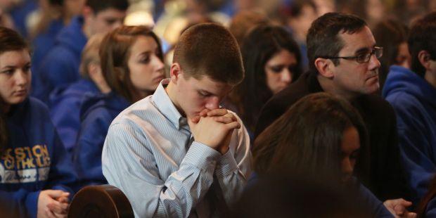 Ajoelhar-se durante a consagração da Eucaristia