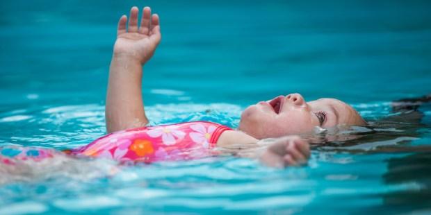 Criança nadando com confiança
