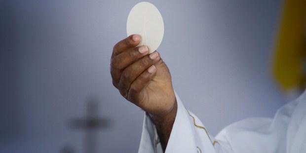 Padre celebra Eucaristia