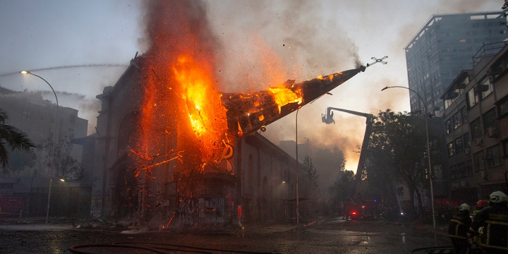 Ódio à Igreja: extremistas queimam igrejas no Chile