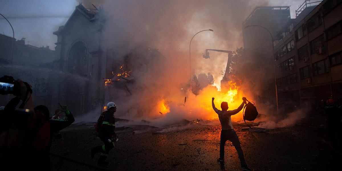 Extremistas queimam igrejas no Chile