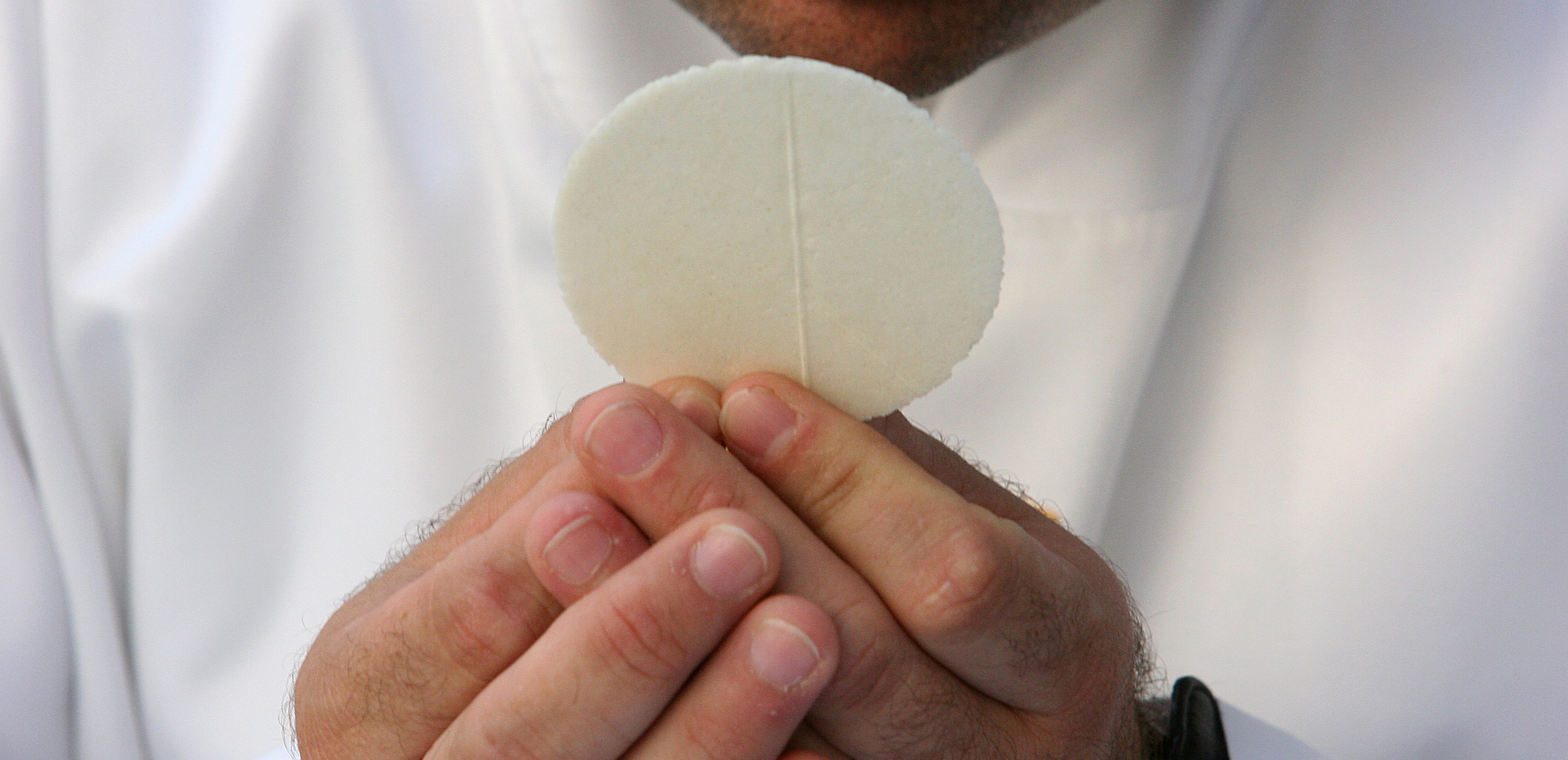 WEB2-COMMUNION-EUCHARISTIE-HOSTIE-GODONG-DE354465C-e1605635059906.jpg