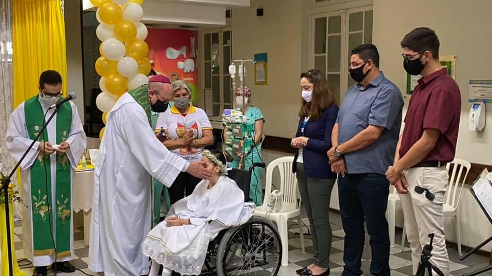 Gabriela, menina de 10 anos que fez Primeira Comunhão no hospital