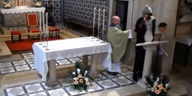 Imigrante invade Missa em Portugal na Paróquia da Sagrada Família, no Entroncamento