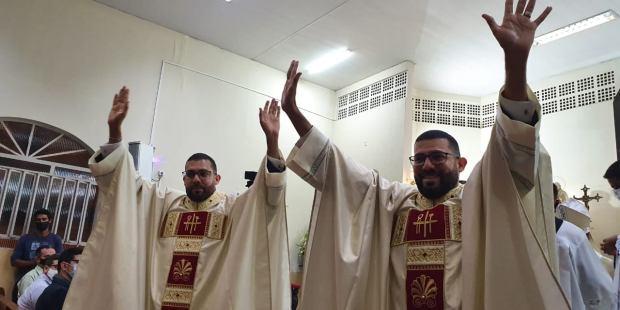 Irmãos gêmeos sacerdotes