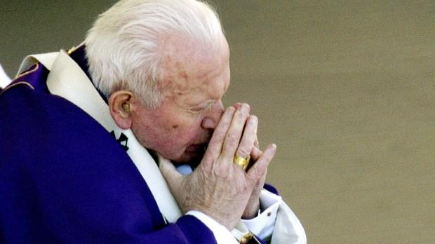 São João Paulo II rezando e pedindo a Deus