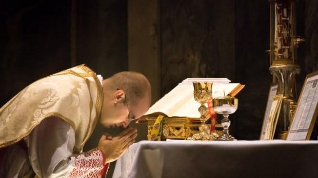 Padre celebra Missa