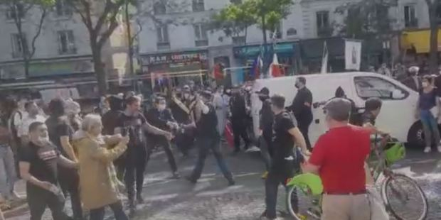 Militantes agridem fiéis durante procissão em Paris