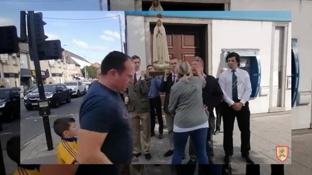 Manifestante LBGT dá soco em católico que rezava o terço